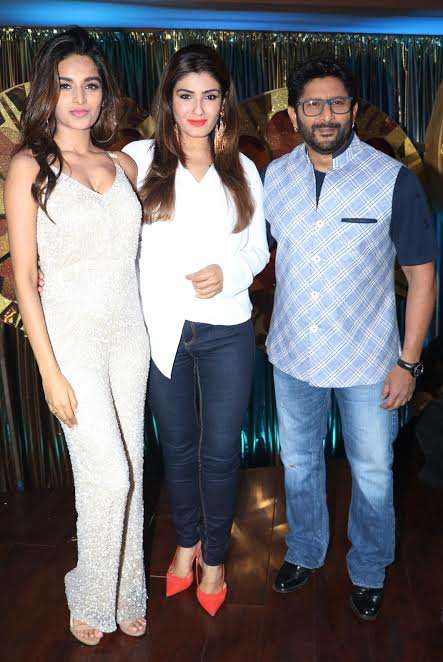 Niddhi Agerwal posing for the photographers with Raveena Tandon and Arshad Warsi.