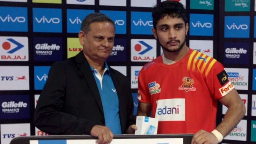 Gujarat Fortunegiant's Rohit Gulia is awarded the Perfect Raider of the match.