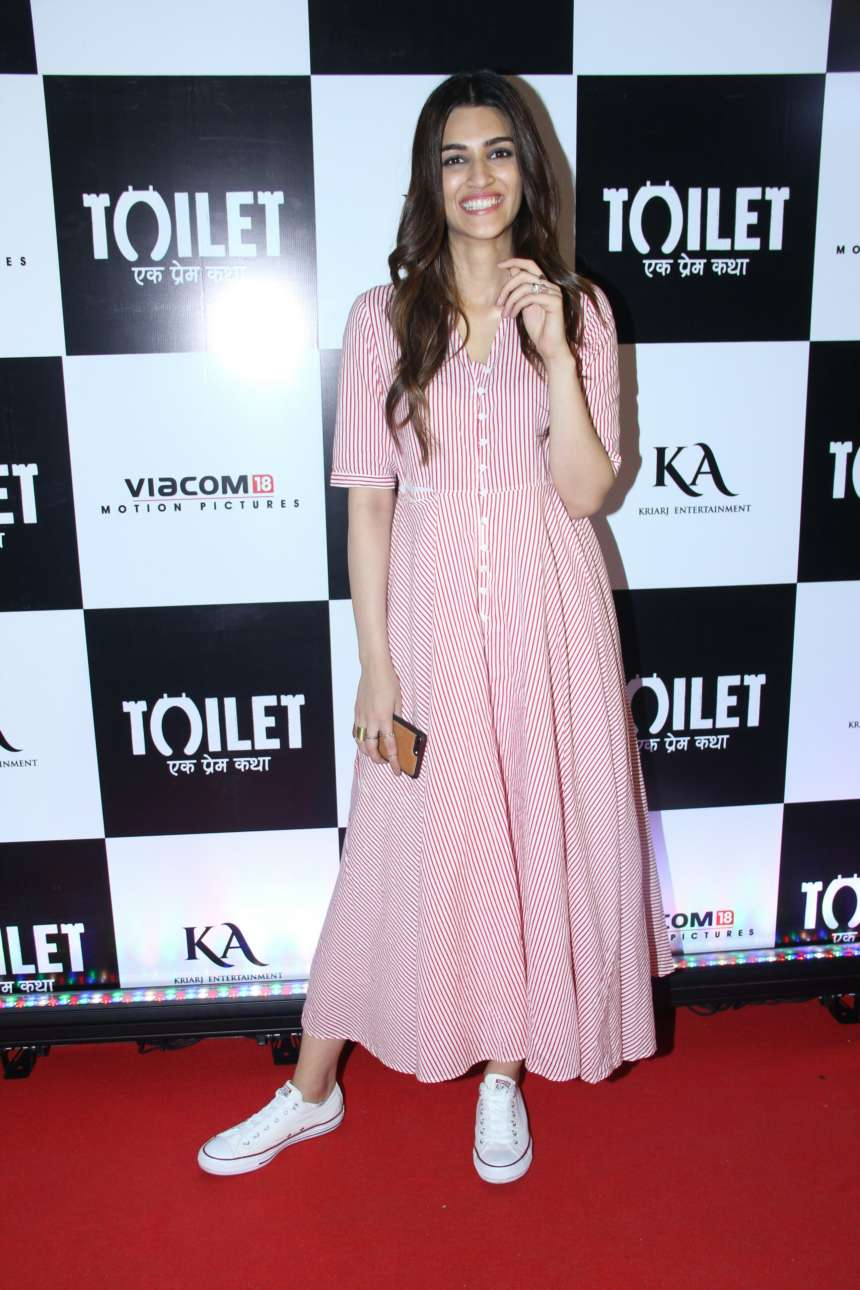 Kriti Sanon, who is currently also busy in the promotions of her forthcoming film Bareilly Ki Barfi, graced the special screening of Toilet Ek Prem Katha. donning pink and white stripes long dress, with neatly tied hair, Kriti was looking stunning at the screening.