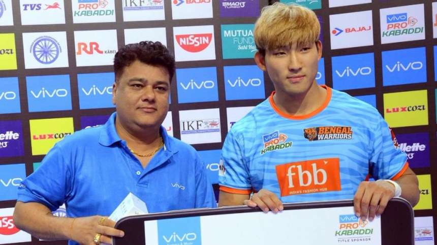 Bengal Warrior's star attacker Lee is awarded with the Perfect Raider of the Match.