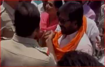 Sena MP's verbal spat with cops in Latur