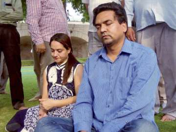 Kapil Mishra with his wife at Rajghat - India TV