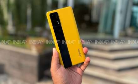 Realme GT looksastonishing in this Racing Yellow colour.